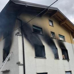 Brucia una casa a Oltre il Colle Donna ustionata, soccorsa dai pompieri