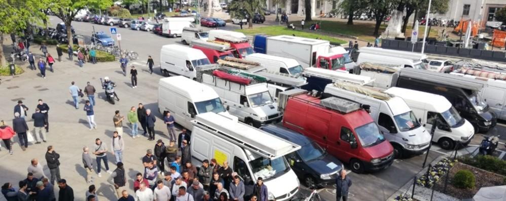 «No al trasloco del mercato del lunedì» Corteo di 63 furgoni paralizza Bergamo