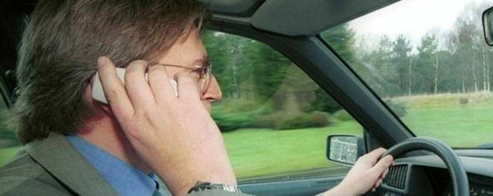 Automobilisti al volante con il cellulare Pattuglia in borghese ne multa 68