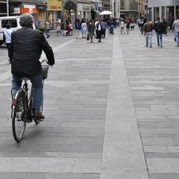 Finta associazione di non vedenti Truffa in centro a Bergamo: due denunciati