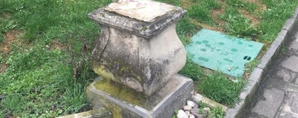 In giardino stagioni... dimezzate A Romano rubate 2 delle quattro statue