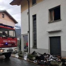 Madre e figlio salvati dalle fiamme Oltre il Colle, due pompieri in ospedale