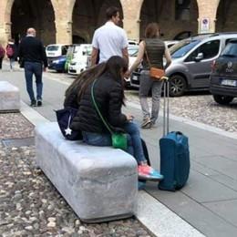Città Alta contro il parcheggio selvaggio Piazza Cittadella, ecco i plinti-panchina