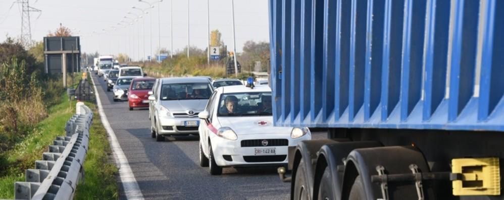 Incidenti e code su Briantea e Asse In autostrada a fuoco un furgoncino