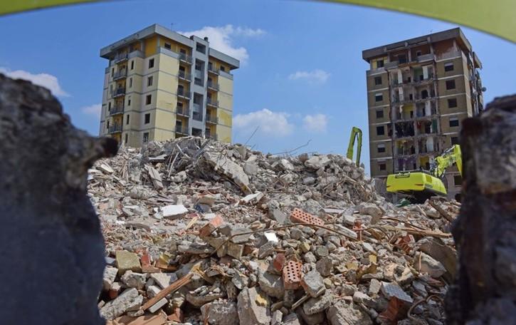 La prima torre è già stata abbattuta -Foto La maxi ruspa corre e ridisegna Zingonia