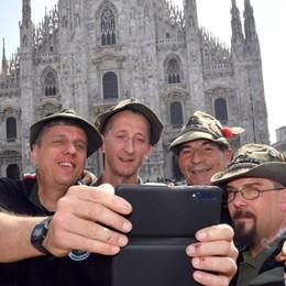 L'adunata al via con l'alzabandiera A Milano il «nonno» degli alpini - Foto