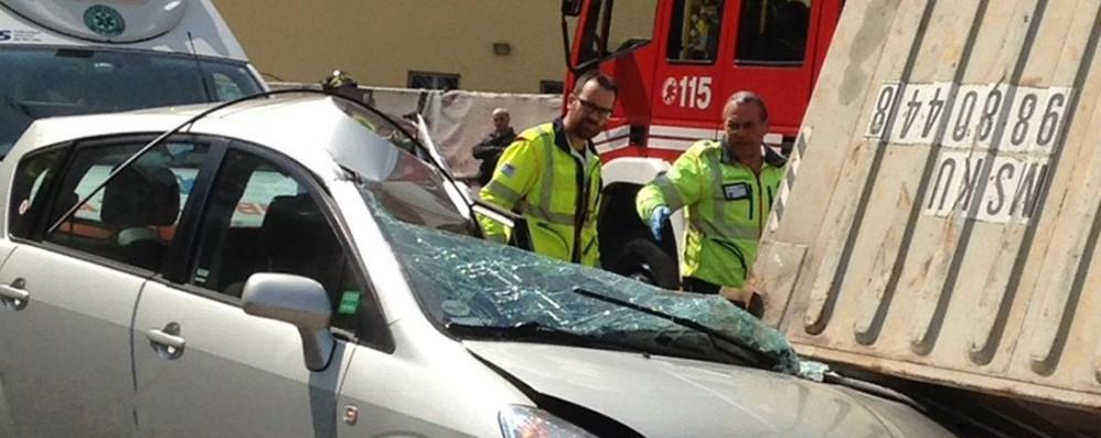 Zogno, camion perde un container  -Foto Donna travolta e ferita, traffico in tilt 2 ore