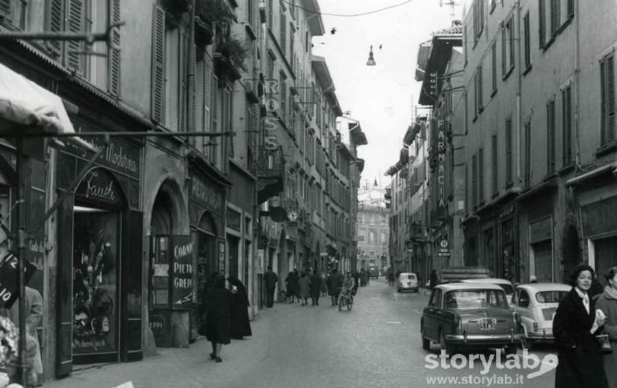 Un tuffo nelle strade del centro tra le botteghe di via Sant'Alessandro