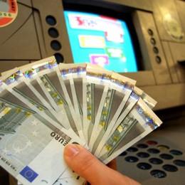 Va al bancomat: cassa continua  aperta Trova migliaia di  euro e li restituisce
