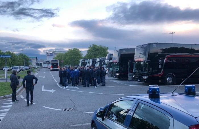 La partenza di 15 bus dalla Fiera di Bergamo
