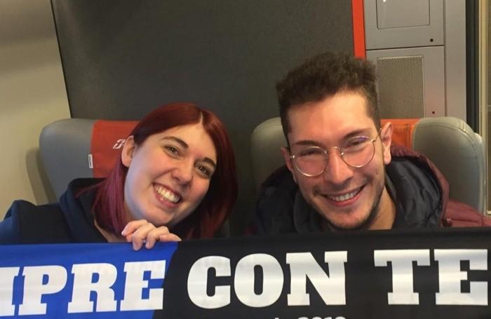 Lara Barbieri e Daniel Benedetti sul Freccia Rossa con la sciarpa dell'Atalanta e de L'Eco