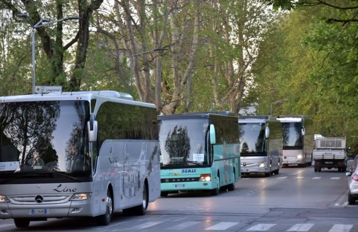 La partenza dei bus per Roma
