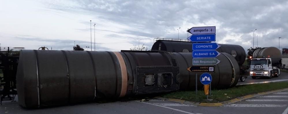 Seriate, si ribalta una ferro-cisterna - Foto L'ex Statale 671 chiusa al traffico, code