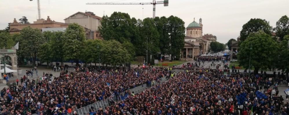 Si spengono le luci dei maxi schermi La delusione delle migliaia in piazza