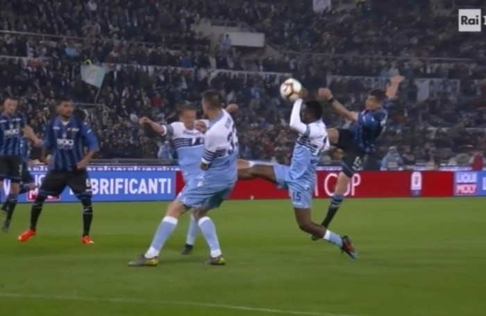 Il fermo immagine tratto da Raiuno mostra il presunto tocco di mano del difensore della Lazio, Bastos, durante la finale di Coppa Italia Atalanta-Lazio allo stadio Olimpico di Roma,