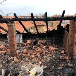 Bergamo, fiamme su un tetto «Scappati appena prima del disastro»
