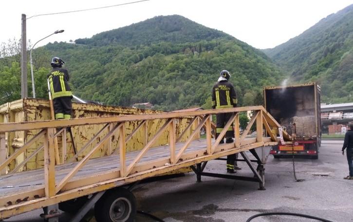 Tir in fiamme a Gazzaniga - Video In fumo 22 tonnellate di cotone