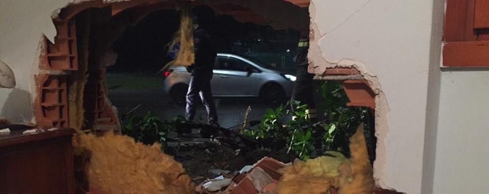 Auto fuori strada sfonda muro di una casa  Finisce nella camera da letto - Foto