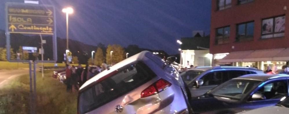 Incidente spettacolare a Calusco d'Adda Si ribalta un'auto: tre giovani illesi