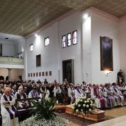 Chiesa stracolma per don Pennati Il vescovo: ha segnato la nostra esistenza
