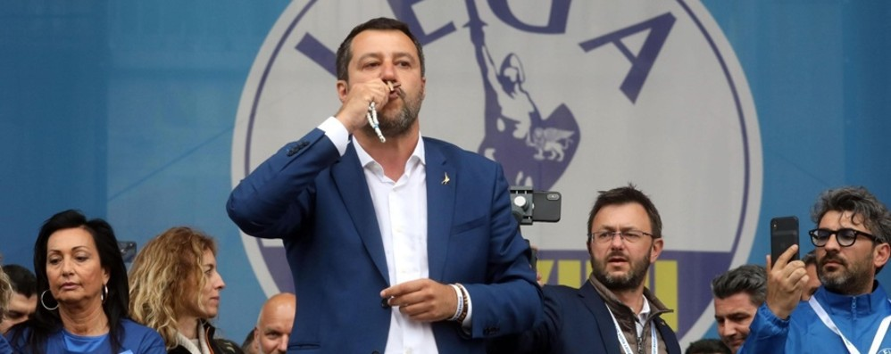 Il rosario unisce Salvini ne abusa