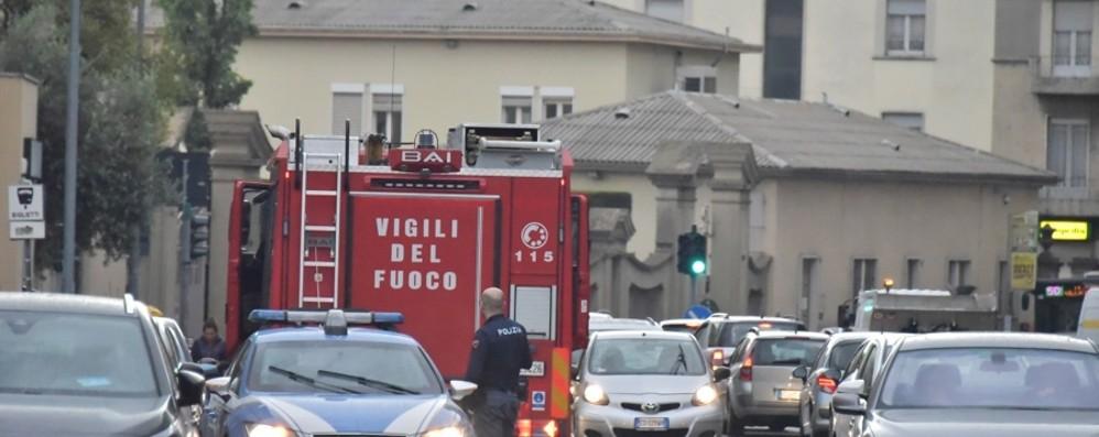 Finge malore e scappa in città Via Camozzi, la polizia spara in aria
