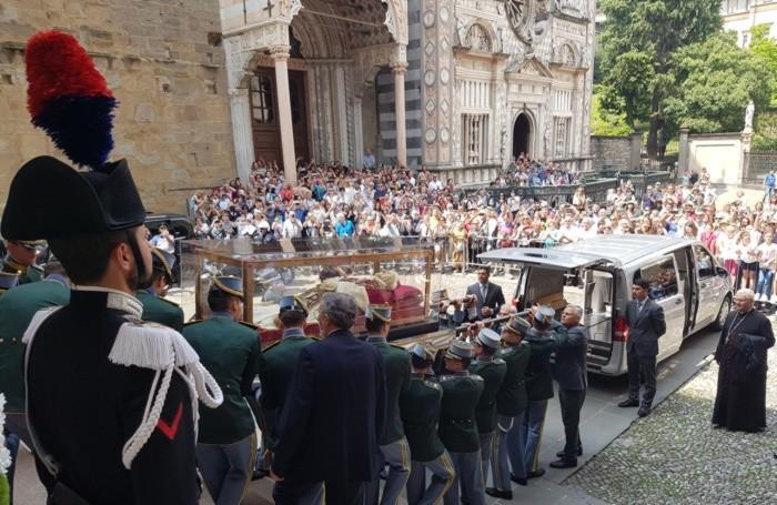 L'urna con le spoglie del Santo  Papa Giovanni XXIII fuori dal Duomo