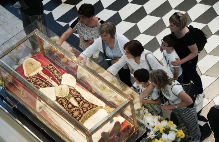 Fedeli in Duomo per pregare davanti alle spoglie  di Papa Giovanni XXIII