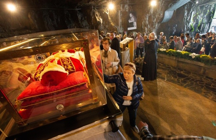 Pellegrini in visita all'urna di Papa Giovanni a Sotto il Monte