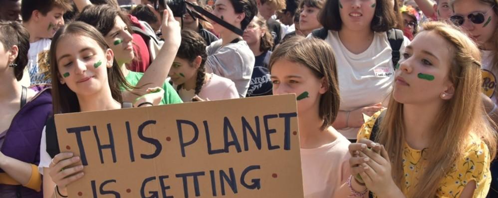 Studenti di nuovo in piazza a Bergamo «Cambiamo il sistema non il clima»