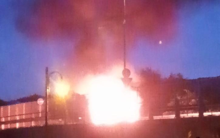 Brucia un'auto, alte le fiamme Rogo sulla ex 671 a Nembro