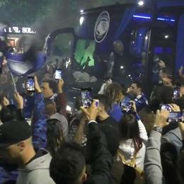 L'arrivo dell'Atalanta ai Propilei - Video Festa tutta la notte per la Champions