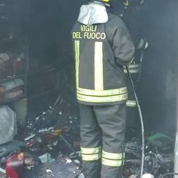 Bruciano elettrodomestici e vecchi giochi Incendio in un garage a San Gervasio