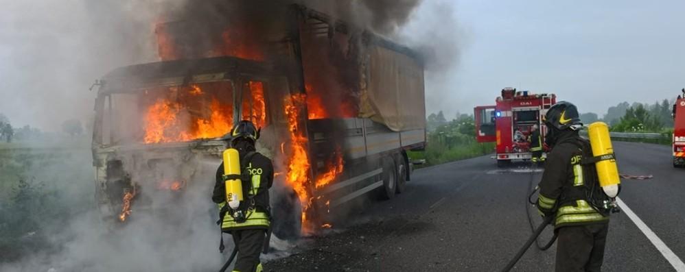 Camion prende fuoco in strada a Isso Autista accosta e si mette in salvo