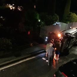 Si ribalta con l'auto in via Maironi da Ponte A bordo della vettura anche il cane