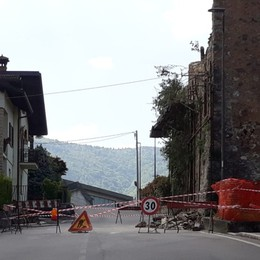 Crolla una vecchia cascina Strada chiusa a Cazzano