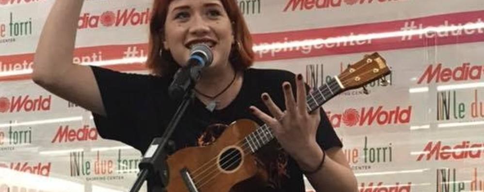 Tish, da «Amici» a Stezzano Pienone dei fan per firmare l'album