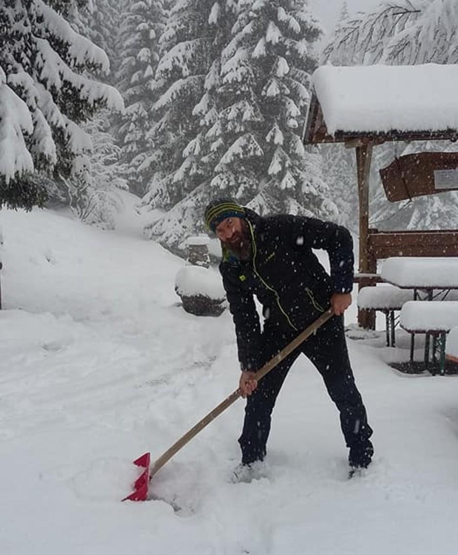 Alpe Corte e il rifugista che spazza la neve