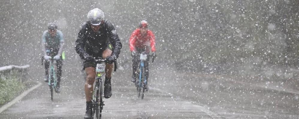 Pioggia e neve sulla Granfondo Gimondi  Gara accorciata, le foto dell'impresa