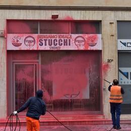 Stucchi, imbrattato l'info point elettorale Nei guai anche un ventenne di Urgnano