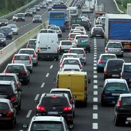 Grave schianto auto-moto a Bergamo Incidente in A4,  mattinata difficile