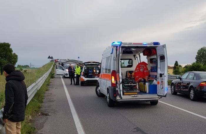 L'ambulanza e l'automedica sulla Statale 472