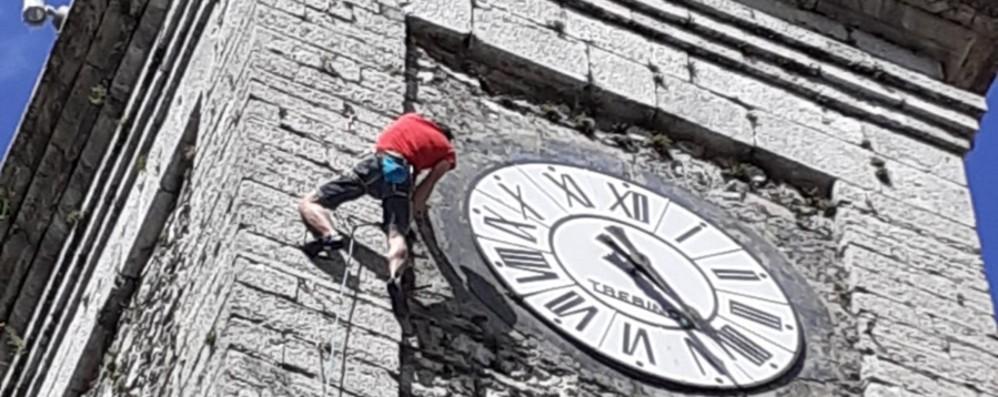 Spettacolare arrampicata sul campanile A Colere la due giorni per Roby Piantoni