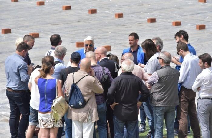 Il direttore Roberto Spagnolo (al centro con gli occhiali da sole) con i giornalisti