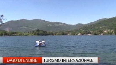 Turismo internazionale sul lago di Endine.