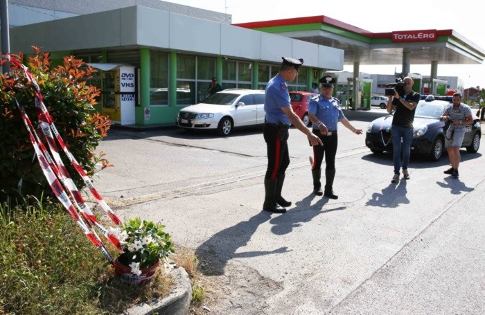 Terno D'Isola. i fiori portati da alcuni carabinier sul luogo dell'investimento