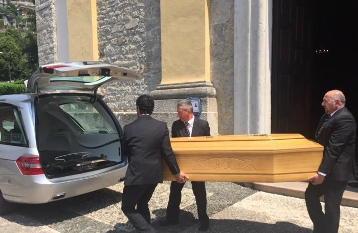 La bara con la salma dell'appuntato Anzini fuori dalla chiesa di Zogno