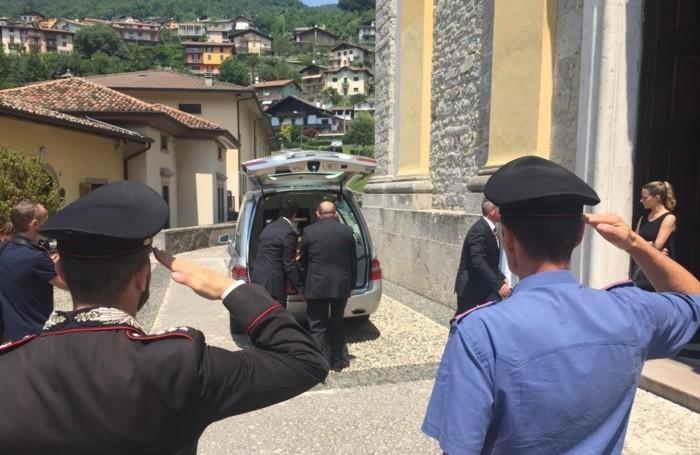 La bara con la salma dell'appuntanto Anzini fuori dalla chiesa di Zogno