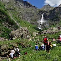 Lo spettacolo delle cascate del Serio In migliaia a Valbondione - Video