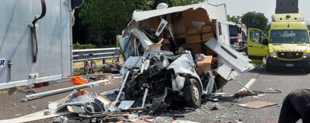 Due incidenti, caos in A4 a Brescia Camper tampona tir, muore 45enne